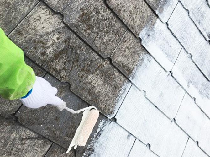 足立区戸建住宅の屋根塗装の下塗り施工中
