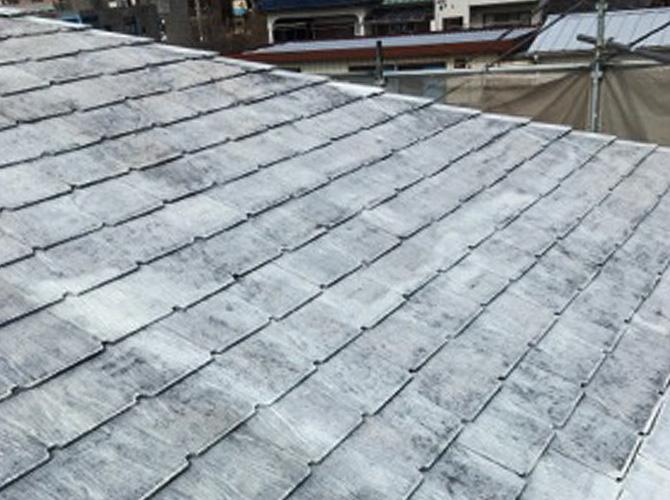 屋根塗装の下塗りが終わって白くコーティングざれた屋根