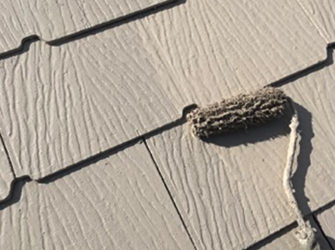 クールビスケットブラウンで屋根の上塗り施工中