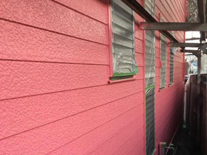 外壁をピンクで仕上げたサイディング外壁の戸建住宅の施工完了後