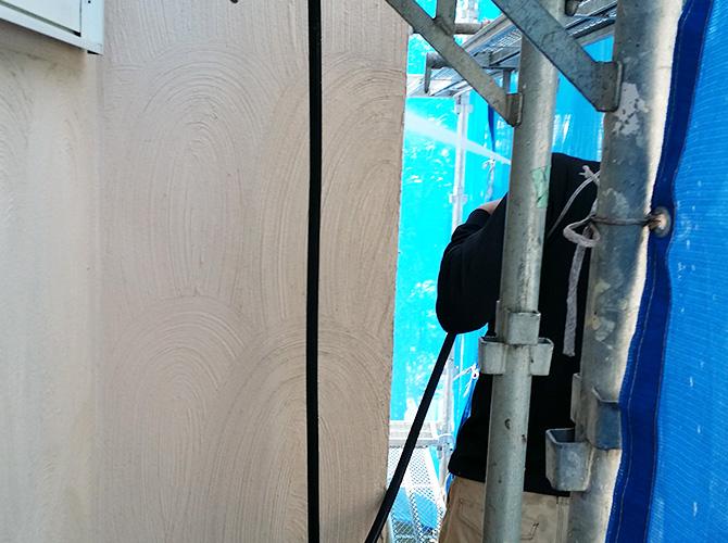 外壁の高圧洗浄の施工中のようすです。