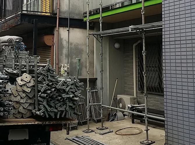 江東区の戸建住宅外壁塗装工事初日の足場の設置中