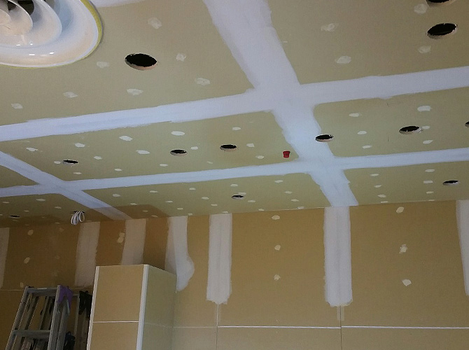 東京都豊島区の店舗内装塗装の天井塗装の上塗り