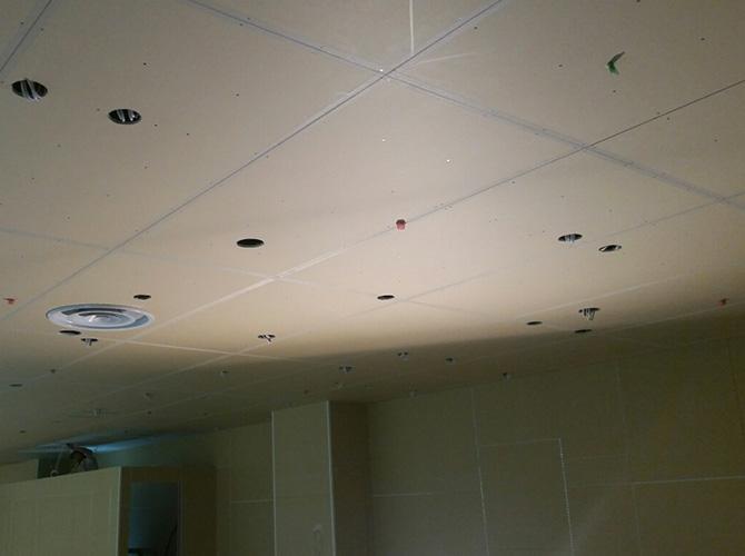 天井塗装の施工前の状態です。