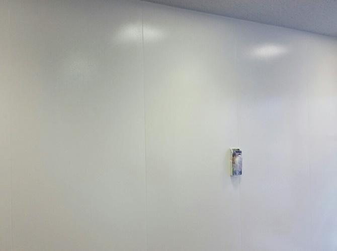 銀行ATMの壁塗装の完了後