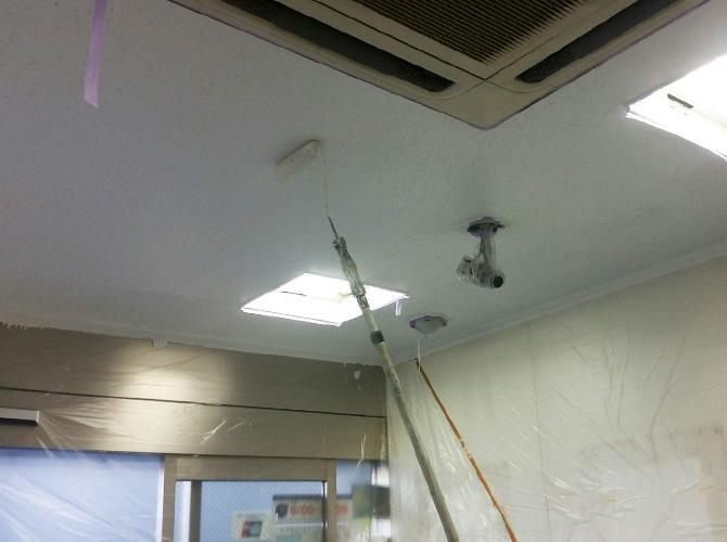 天井塗装の上塗り