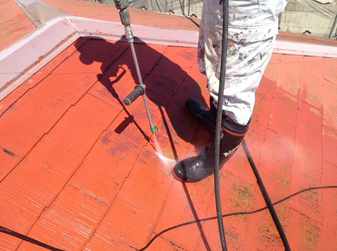 屋根の高圧洗浄の施工中です。