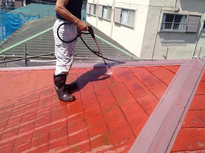 高圧洗浄で汚れを落としてから塗装します。