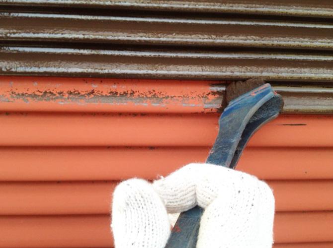 雨戸の上塗り施工中です。