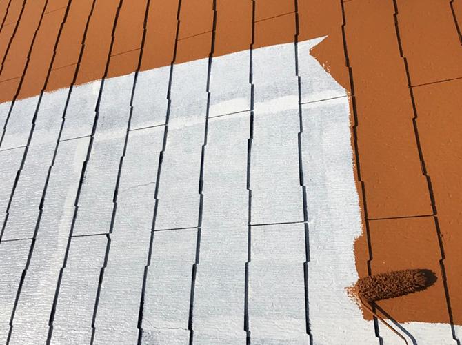 戸建住宅の屋根塗装の中塗り