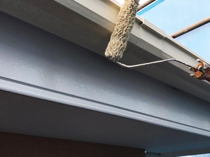 戸建住宅の雨樋(軒樋)の塗装中