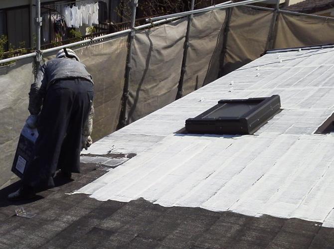 練馬区戸建住宅の屋根塗装の下塗り施工中