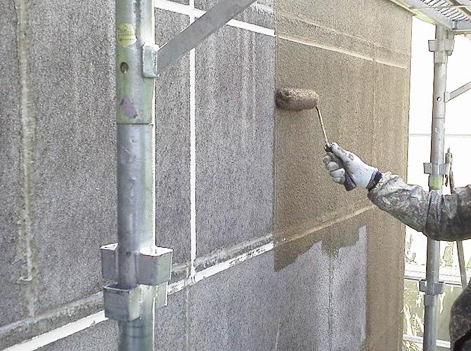 セメントフィラー塗装中