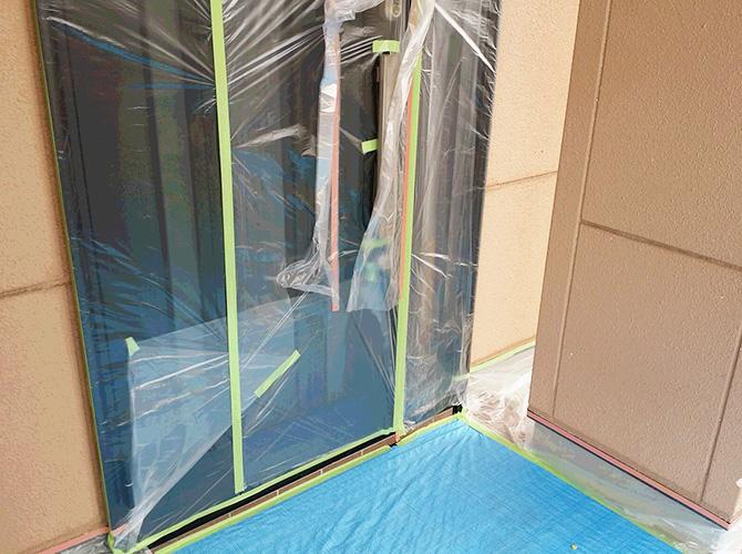 塗装しない箇所はしっかりと養生します。