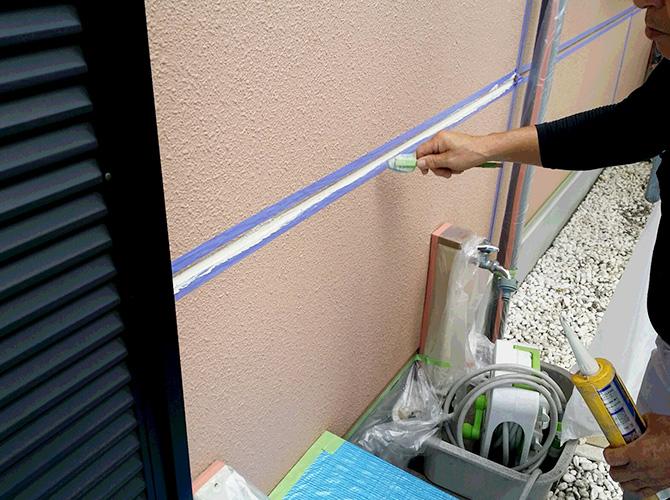 外壁塗装前にシール工事を施工します。