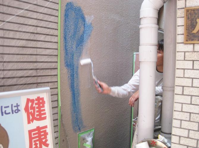 外壁の落書き落としの施工中です。