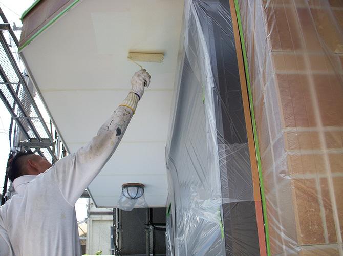 軒天塗装の施工中のようすです。