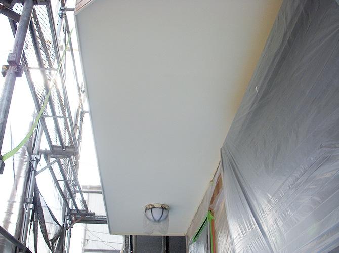 軒天塗装の施工完了後です。