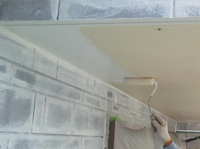 軒天塗装の施工中