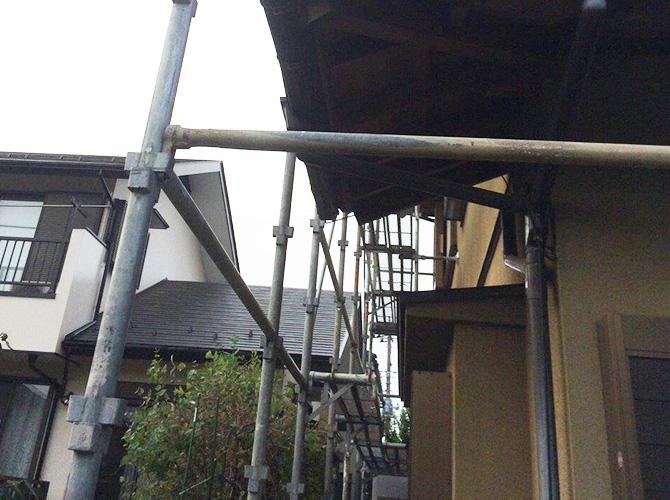 屋根塗装の同時工事の時の足場は屋根まで伸ばします。