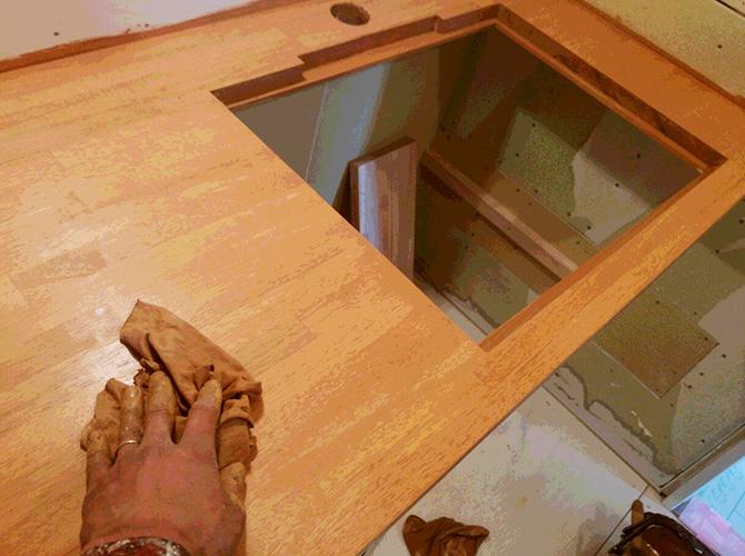 木部塗装の施工中