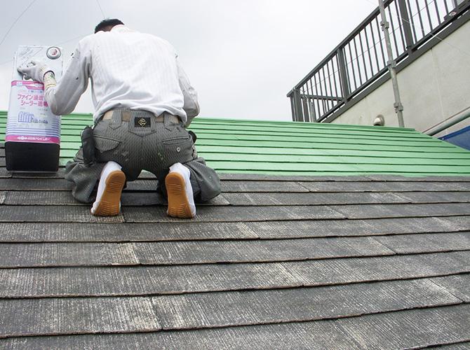 屋根塗装を施工中の様子です。