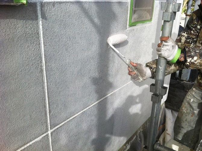 下塗りで外壁の耐久性を高めます。