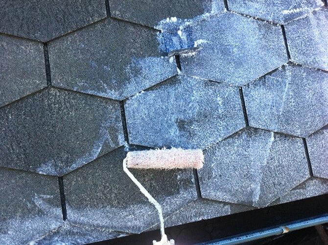 屋根も下塗りからしっかりと施工します。