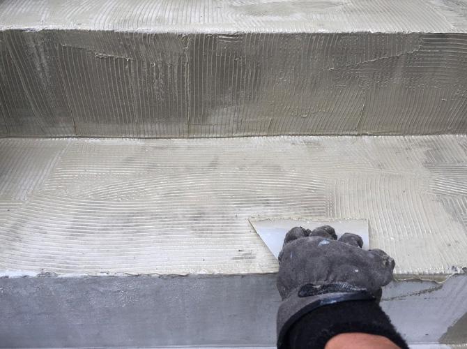 階段の接着剤塗布