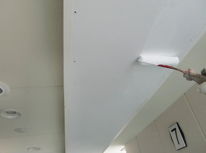 天井塗装の下塗り
