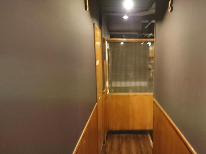店舗廊下の塗装後