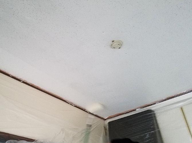 天井塗装の施工中