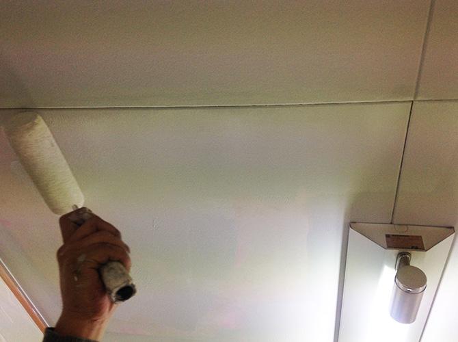 天井塗装の中塗り