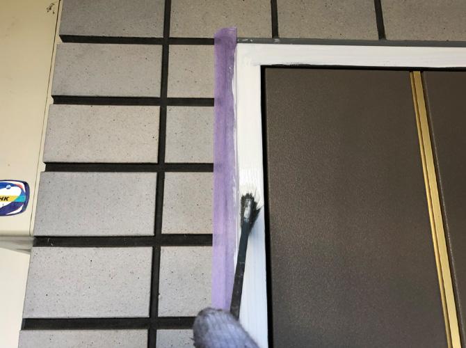 ドア枠の下塗り
