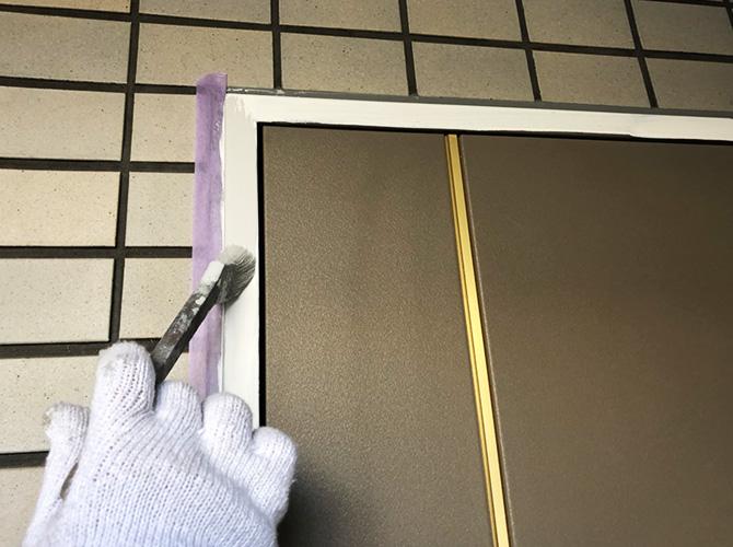 ドア枠の中塗り