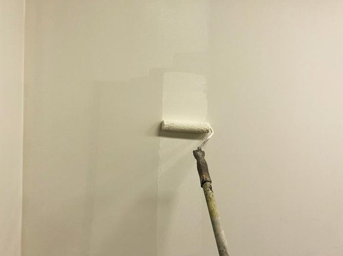 壁の塗装中
