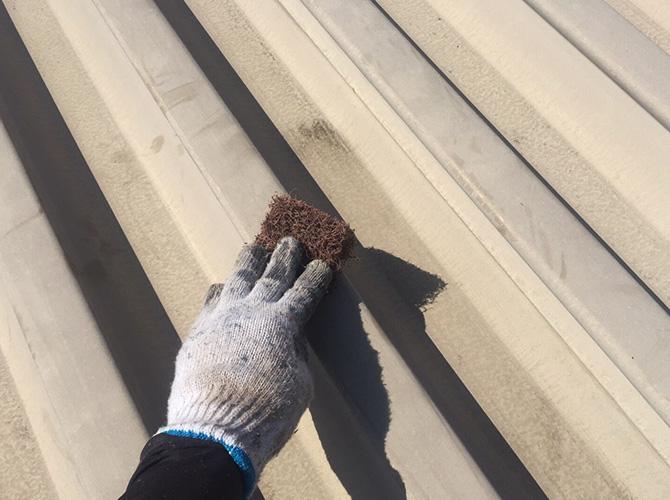 折板屋根塗装のケレン