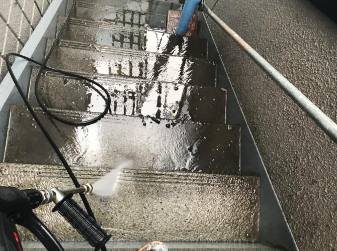 外階段の高圧洗浄