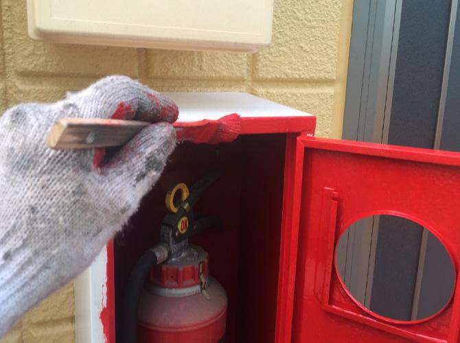 消火器BOXの上塗り