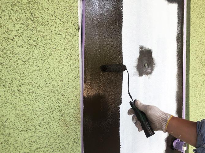 玄関ドアの中塗り