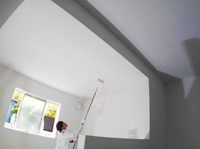 天井の塗装中