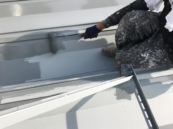 折板屋根塗装の中塗り