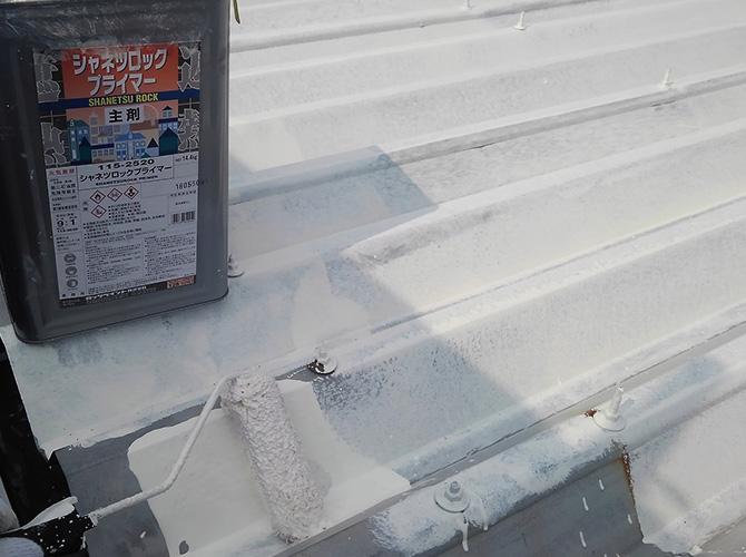 折板屋根の下塗り