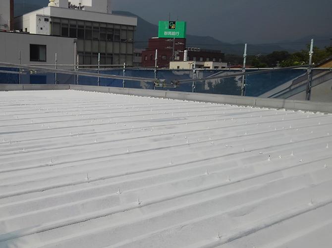折板屋根の下塗り後