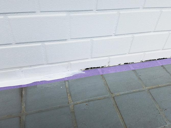 千葉県佐倉市店舗の犬走り(土間コンクリート)塗装工事の施工前