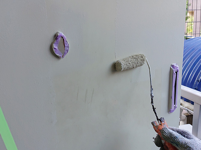 玄関ドアの塗装中