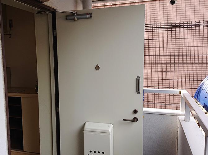 東京都目黒区アパートの玄関ドア塗装工事の施工後
