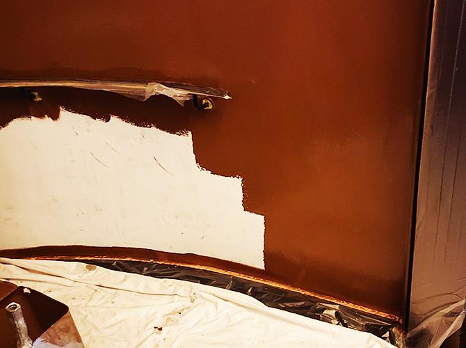 階段壁の塗装中