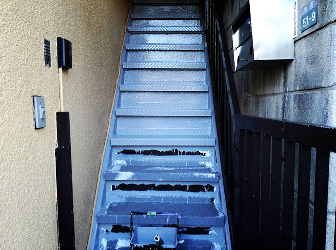 鉄骨階段の塗装中