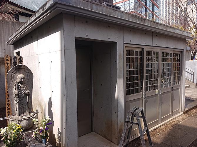 東京都港区六本木コンクリート打ち放し外壁の塗装工事の施工前
